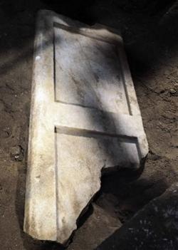 [Afbeelding: amphipolis%20deur.jpg]